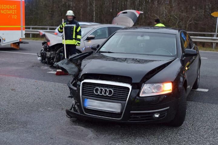 Das Auto der Unfallverursacherin ist an der Beifahrerseite schwer beschädigt.