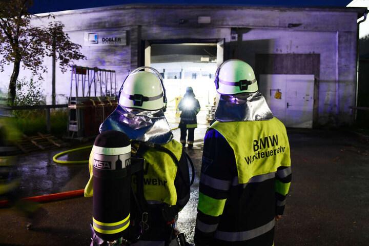 Aus bislang ungeklärter Ursache kam es zu einem Brand in einer Halle auf dem Werksgelände des Automobilherstellers. Die Halle wird von einem Bauunternehmen genützt.