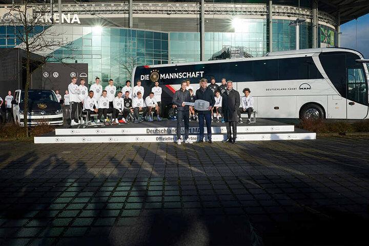Oliver Bierhoff (50) übernahm symbolisch den Schlüssel für den neuen Bus der Fußball-Nationalmannschaft.