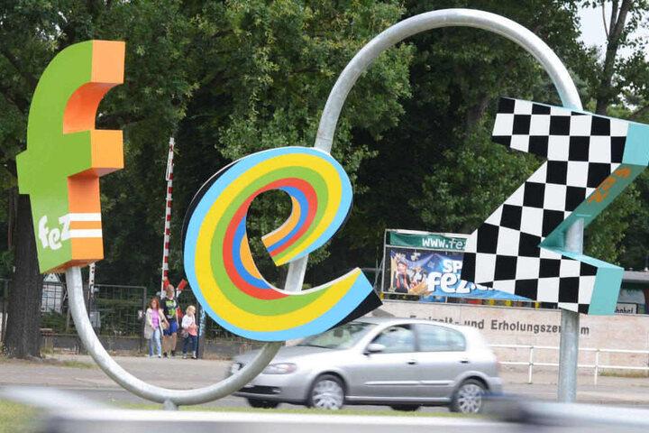 Eine Skulptur aus farbig gestalteten Buchstaben steht vor dem Eingang vom Freizeit- und Erholungszentrum Wuhlheide FEZ-Berlin.