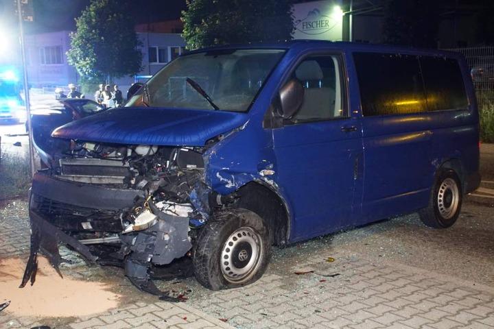Der 19-Jährige raste in einen geparkten Transporter.