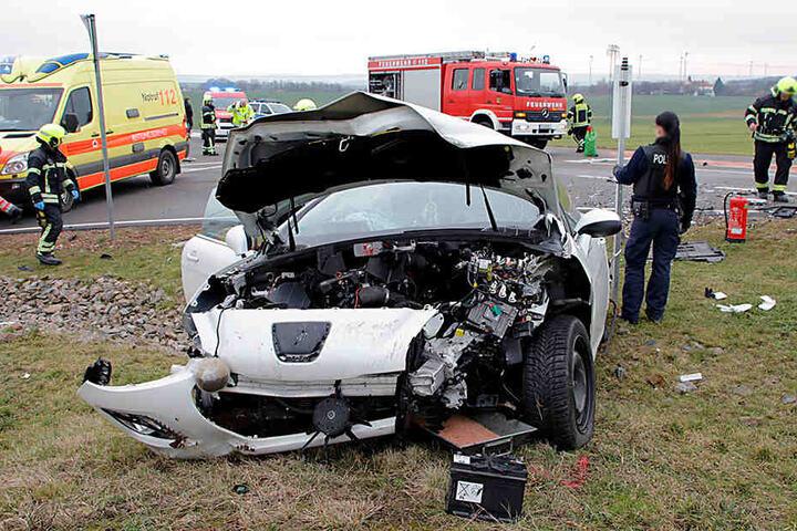 Beide Insassen des Peugeot wurden im Autowrack eingeklemmt und mussten von der Feuerwehr befreit werden.