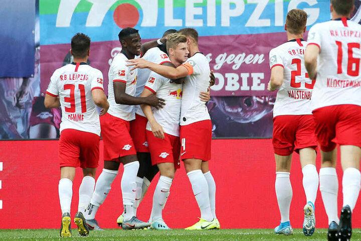 Zehn Minuten nach Verkündung der Vertragsverlängerung traf Werner zum 1:0, wurde dafür von seinen Teamkollegen gebührend beglückwünscht.