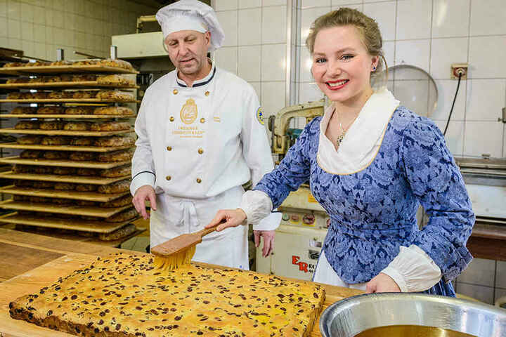 Bäckermeister Heiko Trepte (52) beäugt Tochter Lina (18) beim Einbuttern einer Stollenplatte.