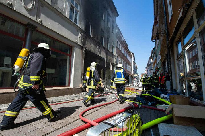 Auch am Mittwochmorgen waren noch Feuerwehren an dem Haus im Einsatz.