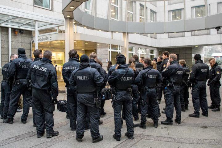Eine Einsatzgruppe der Polizei steht am Verhandlungstag vor dem Gebäude E des Oberlandesgerichts in Frankfurt am Main.