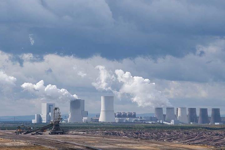 Der Tagebau Nochten mit dem Braunkohlekraftwerk. Die Ost-Länder fühlen sich beim Kohleausstieg über den Tisch gezogen.