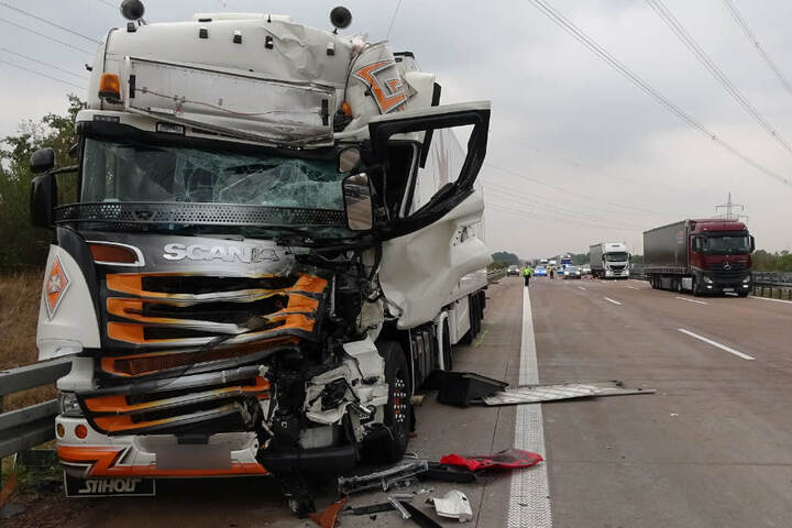Der Brummi-Fahrer wurde in seinem Führerhaus eingeklemmt und schwer verletzt.