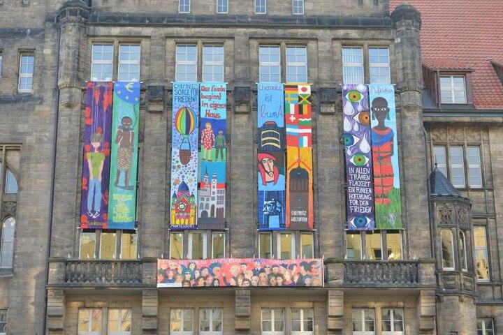 Das Rathaus schmücken neue Friedensbanner. Gestaltet wurden sie von Schülern aus Chemnitz und Niederwiesa.