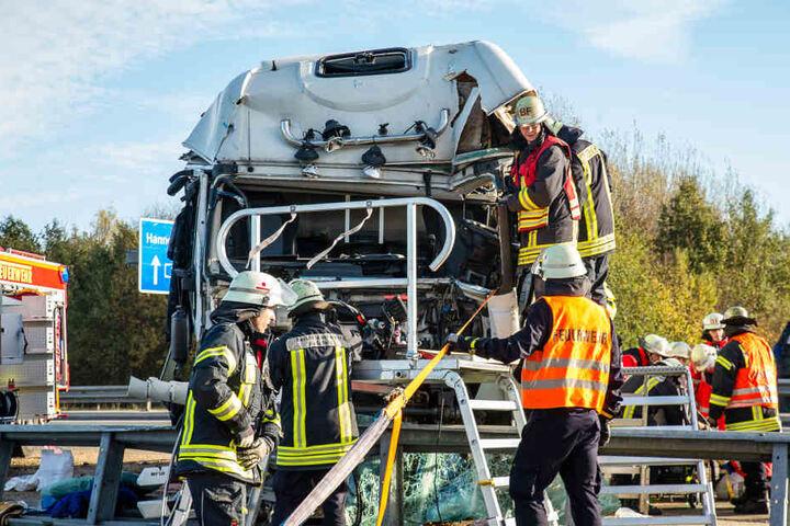 Erst mit Hilfe der Feuerwehrleute gelang es, den eingequetschten LKW-Fahrer zu bergen.