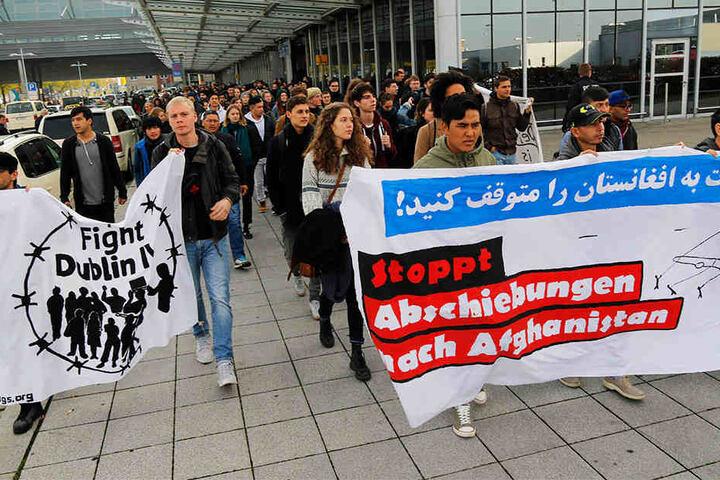 Etwa 150 Menschen protestierten vor dem Flughafen gegen die Abschiebung Asylsuchender nach Afghanistan.