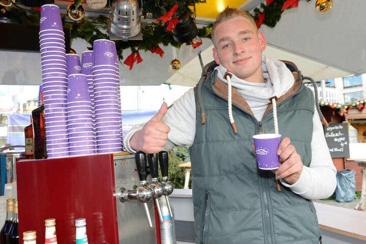 """Auf dem """"Hüttenzauber"""" am Postplatz verkauft Carlo Lehrmann (17) diverse  warme Getränke. Roter Glühwein ist  bei ihm ein Klassiker."""