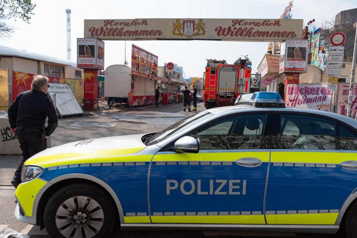 Am Eingang des Doms stehen Fahrzeuge der Polizei und Feuerwehr bereit.