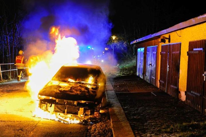Der Mazda stand komplett in Flammen.