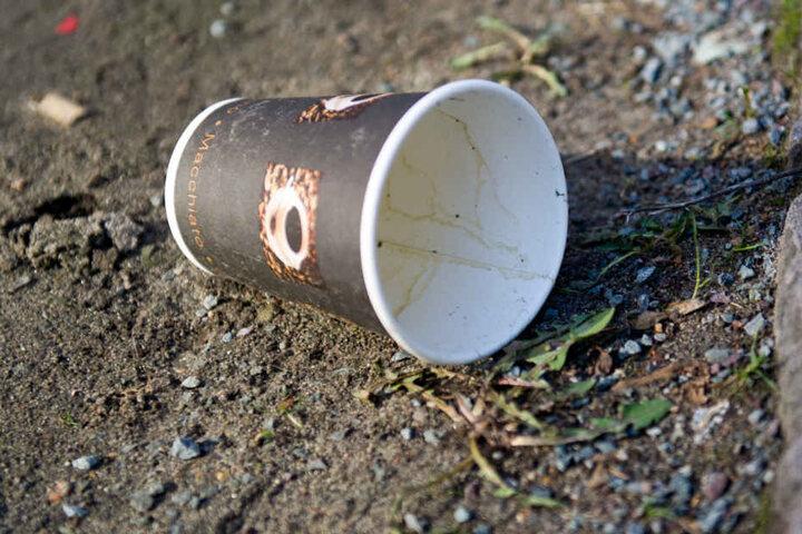 Ein leerer Coffee to go-Becher liegt auf dem Boden. (Symbolbild)