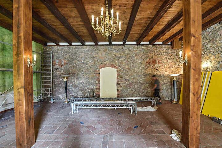 """Im Saal des """"Sonnenhofs"""" wird eine mobile Bühne für Theateraufführungen  eingebaut."""