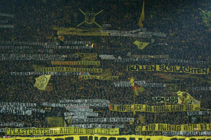 Vor und während dem Spiel hielten die Dortmunder Fans einige unschöne Plakate hoch.