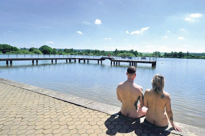 Wer wie Mandy (46) und Moritz (29) gern nackt schwimmt: Im FKK-Bad Großer Teich in Limbach-Oberfrohna sind Textilien tabu.