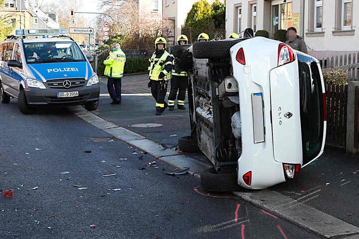 Der Renault Clio landete nach dem Zusammenstoß mit einem anderen Renault auf der Seite.