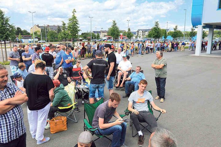 Als der Verkauf für Mitglieder und Dauerkartenbesitzer losging, standen die CFC-Fans am Stadion Schlange.