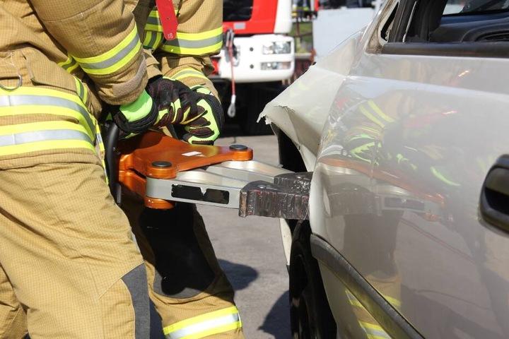 Einsatzkräfte der Feuerwehr bargen die Leiche des Autofahrers nach dem schweren Unfall.