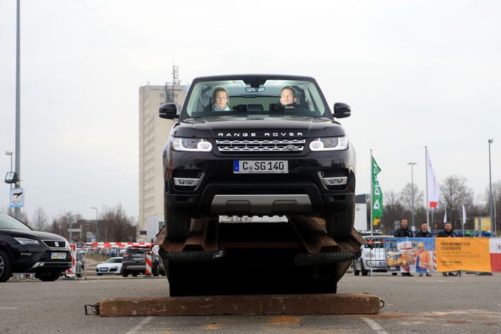 Nervenkitzel! Sebastian Köhler (26) vom Land Rover Autohaus in der  Hilbersdorfer Straße fährt mit TAG24-Redakteurin Doreen Grasselt (33) über die  Wippe des Offroad-Parcours.
