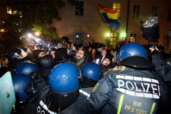 Nach der Tat war es in Freiburg zu Demos gekommen. Im Bild geraten linke Demonstranten mit Polizisten aneinander.
