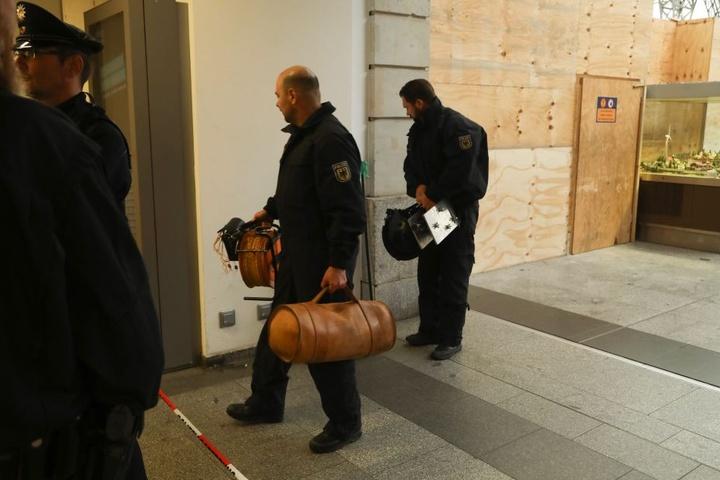 Die Bundespolizei verlässt den Einsatzort am Dresdner Hauptbahnhof.