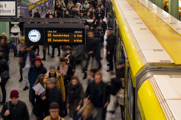 Fahrgäste steigen aus einer U-Bahn der Berliner Verkehrsbetriebe (BVG) am Alexanderplatz aus.