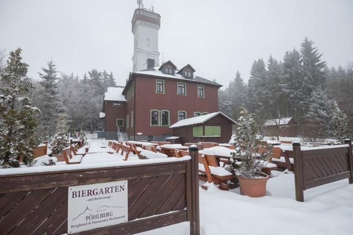 Besucher des Biergarten auf dem Pöhlberg im Erzgebirge müssen noch etwas auf besseres Wetter warten.