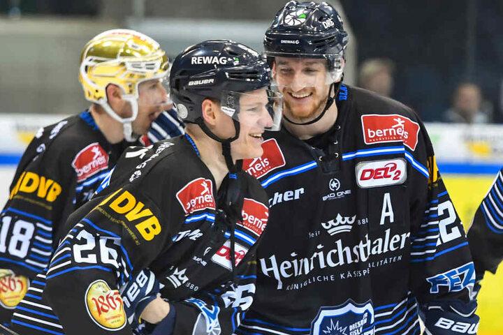 Vorne im Bild: 5:2-Torschütze Dominik Grafenthin, dahinter Mirko Sacher und Goldhelm Brendan Cook.
