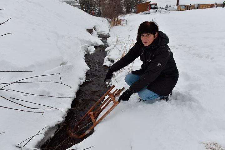 Am Silvestertag stürzte Jutta Neumanns Enkel Noah (3) mit dem Schlitten in diesen Bach am Rodelhang und flog ins Eiswasser.