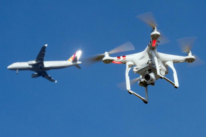 Minutenlang soll die Drohne über der Sauna unterwegs gewesen sein. (Symbolbild)