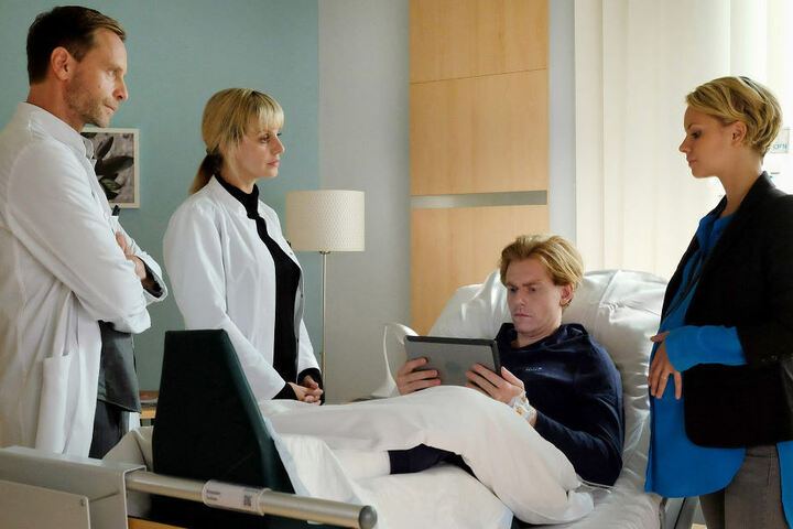 Julians Verlobter Sandra Muthold (Barbara Prakopenka, r.) ist nicht wohl bei dem Gedanken, dass ausgerechnet Dr. Lea Peters (Anja Nejarri, 2. v. l.) die Hirn-OP übernehmen möchte.
