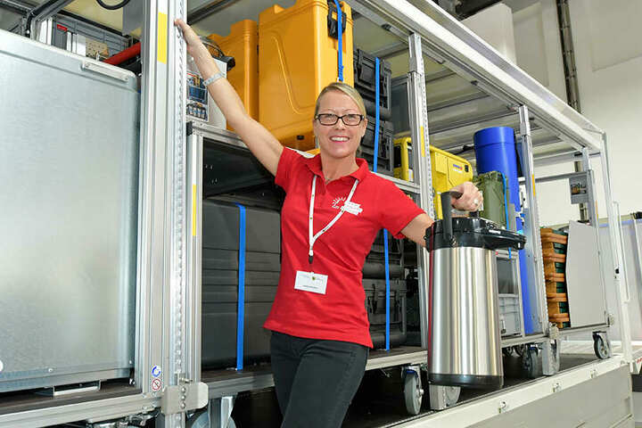 Sandra Richter (39) vom Innenministerium vor dem neuen Gerätewagen (GW-V) mit mobiler Feldküche.