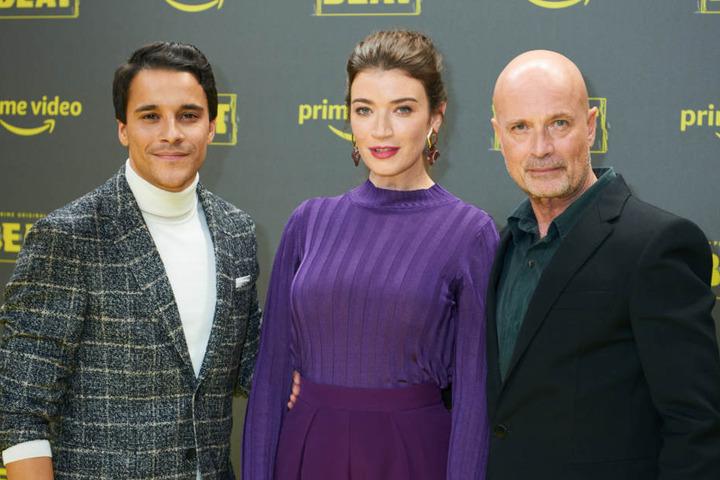 Die Schauspieler Kostja Ullmann (l-r), Anna Bederke und Christian Berkel bei der Premiere im Kraftwerk Berlin.