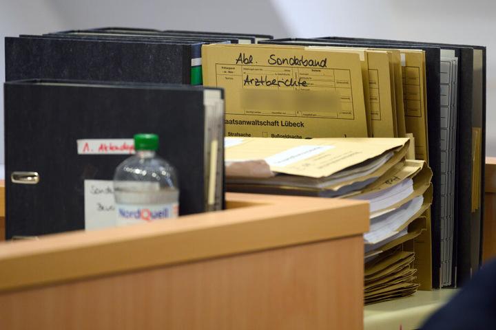 Die Akten der Staatsanwaltschaft im Fall der vierfachen Mutter, die wegen Misshandlung vor Gericht steht, liegen auf einem Tisch im Landgericht Lübeck.