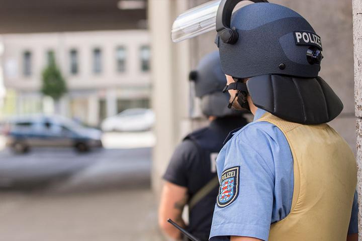 """Nur mit Schutzausrüstung näherten sich die Polizisten dem Parkhaus """"Anger1""""."""