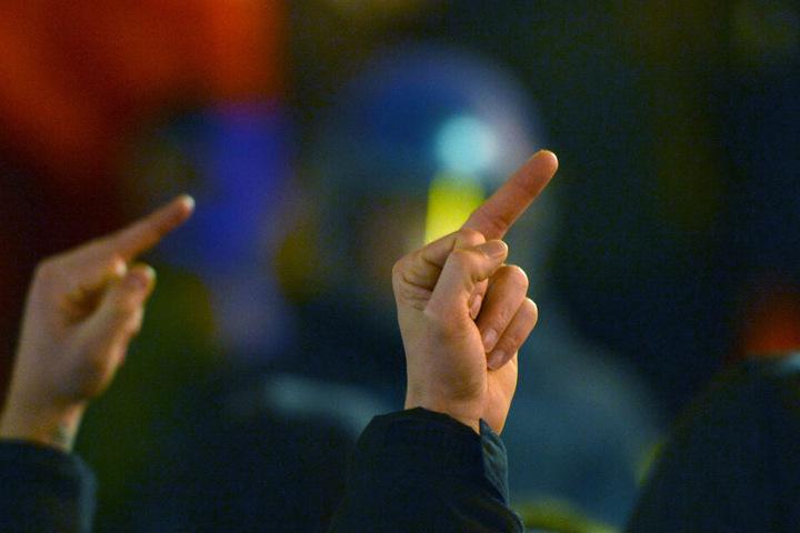 Die Frau zeigte den Polizisten den Mittelfinger. (Symbolbild)