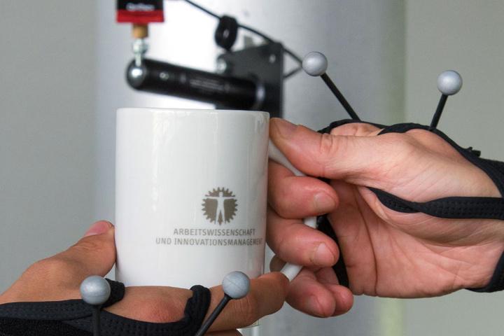 Vorsicht, heiß: Roboter lernen an der TU Manieren.