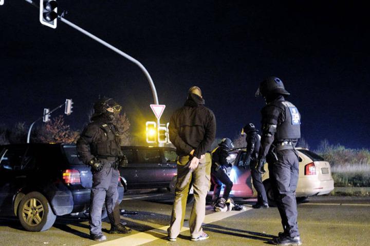 Kurz vor dem Zweitliga-Derby zwischen Hannover 96 und Eintracht Braunschweig hat die Polizei eine Massenschlägerei der verfeindeten Lager verhindert.