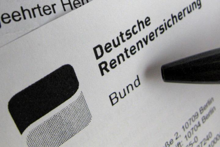 Eine Renteninformation der Deutschen Rentenversicherung liegt auf einem Schreibtisch. (Archivbild)
