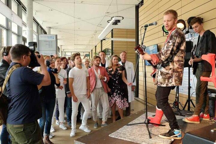 Alle grübeln, wie Jimmy doch noch auftreten kann. Am Ende steigt das Konzert tatsächlich in den Räumen der Sachsenklinik - mit Krücken und Gips.