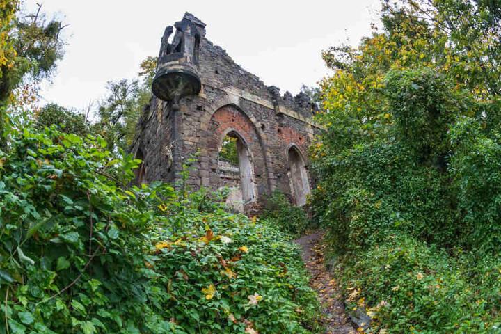 Lockere Steine, lose Fugen. Die Ruine von Pillnitz ist kaputt.