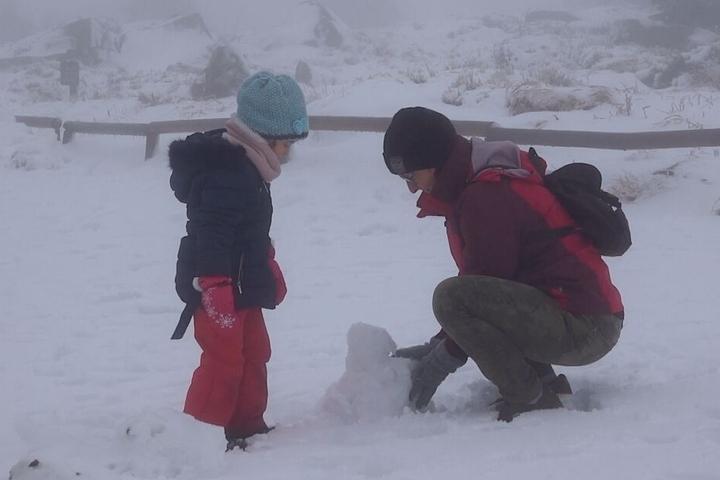 Sogar das Bauen eines Schneemanns ist drin.