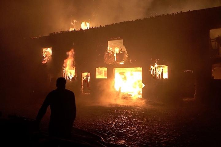 Glücklicherweise konnte die Feuerwehr ein Übergreifen der Flammen auf andere Gebäude verhindern.
