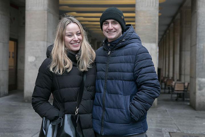"""Martin (23) und seine Freundin Lucie (23) aus Prag begehen den Frauentag """"klassisch"""": """"Ich habe meiner Freundin letztes Jahr Blumen geschenkt und tue das auch wieder. Das ist eine schöne Aufmerksamkeit, aber man sollte die Frauen trotzdem jeden Tag ehren."""