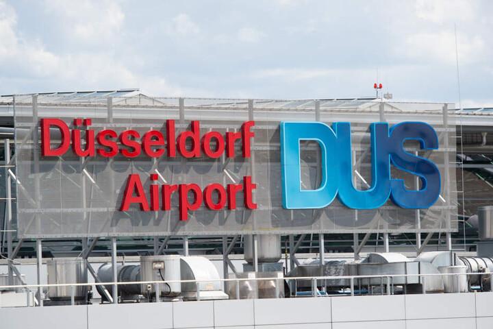 """In großen Lettern steht """"Düsseldorf Airport"""" am Gebäude des Flughafens geschrieben, an dem sich der Vorfall vermutlich ereignete."""