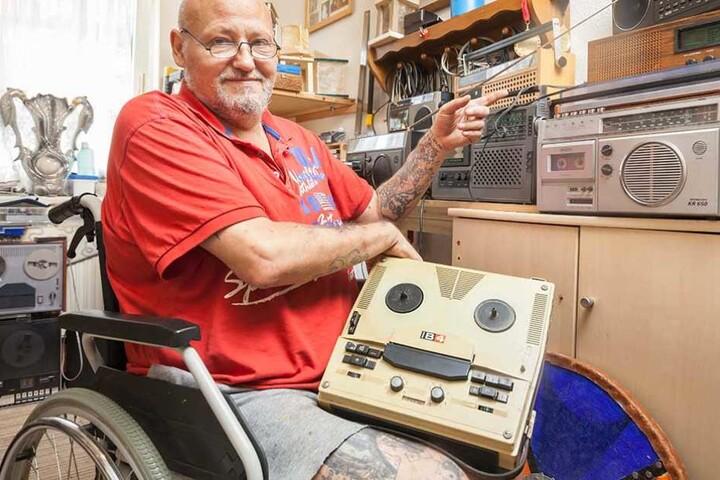 Nur eine kleine Auswahl: Andre Bethke (53) mit einem alten Tonband und verschiedenen DDR-Radiorecordern in seinem Arbeitszimmer.