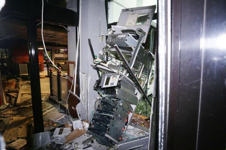Schwer beschädigt ist ein Geldautomat nach einer Sprengung an einem Autohof.